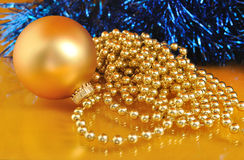 Goldweihnachtsverzierungen auf Goldhintergrund Stockfotografie
