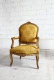 Goldweinlese-Luxuslehnsessel mit Beschneidungspfad Stockfotografie