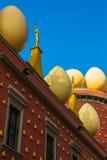 Goldzahlen und -eier auf Dach von Salvador Dali Museum Lizenzfreie Stockbilder