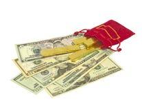 Goldziegelsteintropfen auf Banknote stockbilder