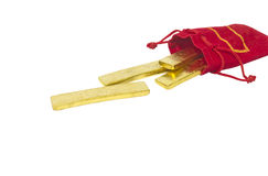 Goldziegelsteintropfen von der roten Tasche stockfotos