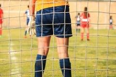 Goleiros da menina do futebol no campo de grama durante o jogo Vista líquida fotografia de stock