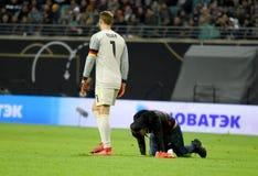 Goleiros Manuel Neuer da equipe nacional de Alemanha com wh do fã do russo foto de stock royalty free