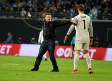 Goleiros Manuel Neuer da equipe nacional de Alemanha com wh do fã do russo fotografia de stock