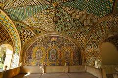 Golestan Pa历史大阳台的五颜六色的铺磁砖的天花板  免版税库存照片