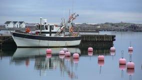 Goleta de la pesca y boyas plásticas brillantes en el agua ventaja-gris del mar Báltico metrajes