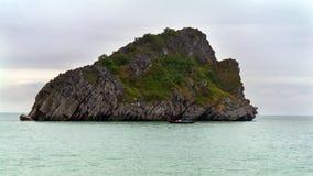 Goleta e isla imagen de archivo libre de regalías