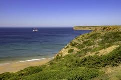 Goleta en el horizonte en Portugal foto de archivo