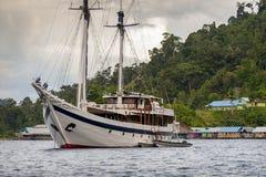 Goleta indonesio anclado en Raja Ampat, isla de Misool, Papua del oeste Fotografía de archivo libre de regalías