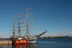 goleta Tres-masted amarrado al muelle Foto de archivo libre de regalías