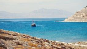 Goleta turístico anclado en bahía egea cerca de la isla de Mykonos almacen de video