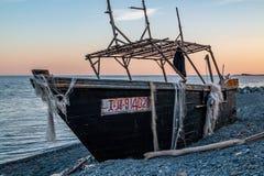 Goletta da pesca nordcoreana sulla riva dell'isola di Russky vicino alla città dell'Estremo-Oriente di Vladivostok fotografia stock libera da diritti
