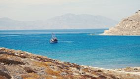 Goletta turistica ancorata in baia egea vicino all'isola di Mykonos archivi video