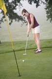 Golf. Model Release 353 Woman in her mid 20s playing golf Royalty Free Stock Image