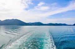 Golf achter de boot Stock Afbeelding