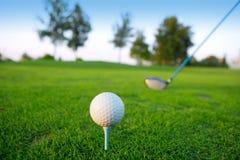 Golf al hombre verde del curso del agujero que pone la bola corta Imágenes de archivo libres de regalías
