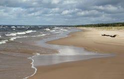 Golf av den Riga kusten efter stormen Arkivfoto