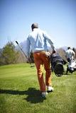 golf bärande klubbor för påse mannen Royaltyfri Foto