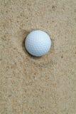 Golf-bal in bunker royalty-vrije stock afbeelding