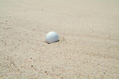 Golf-bal in bunker stock foto's