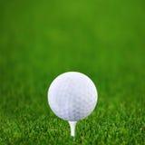 Golf-bal en groen golf Stock Afbeelding