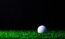 Golf-bal op groen gras Royalty-vrije Stock Afbeelding
