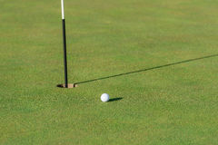 Golf ball, green and pin Royalty Free Stock Photos