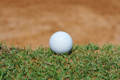 golf ball near sand bunker Royalty Free Stock Photos