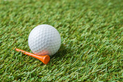 Golf ball and tee Royalty Free Stock Photos
