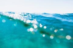 Golf in blauwe overzees Watertextuur met bokeh royalty-vrije stock afbeeldingen