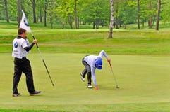 Golf, BMW Open het Italiaans. Manassero neemt de bal stock afbeeldingen