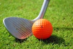 Golf-club en golfbal royalty-vrije stock afbeeldingen