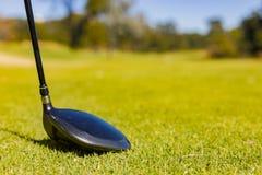 Golf Club sur un fairway de terrain de golf photos stock
