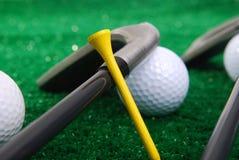 Golf dat op gras wordt geplaatst Royalty-vrije Stock Foto