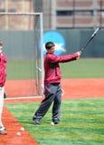 Golf de pratique de joueur de baseball/d'entraîneur avec 'bat' Images libres de droits