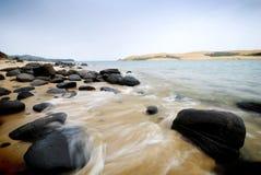 Golf die binnen op kustlijn verplettert royalty-vrije stock fotografie
