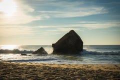 Golf die een oorlogsblokhuis op toneel mooi zandig strandzeegezicht raken met golven op de Atlantische Oceaan in blauwe hemel Stock Fotografie