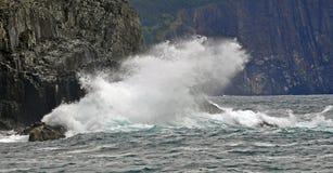 Golf die klippenmuren in Middeninham Newfoundland raken stock afbeeldingen