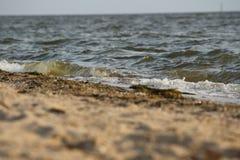 Golf die op de zandige kust van de Zwarte Zee, de Oekraïne rollen Royalty-vrije Stock Foto