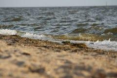 Golf die op de zandige kust van de Zwarte Zee, de Oekraïne rollen Royalty-vrije Stock Fotografie