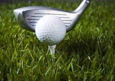 Golf, driver e sfera immagini stock libere da diritti