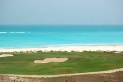 Golf el campo cerca de la playa del hotel de lujo Fotos de archivo libres de regalías