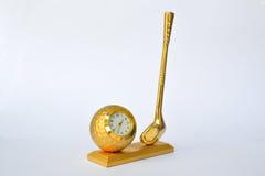 Golf el conductor y la pelota de golf, recompensa del reloj del oro imagen de archivo libre de regalías