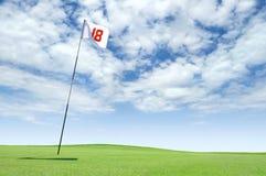 Golf el indicador en el agujero 18 en el verde que pone Imagen de archivo