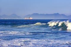 Golf en schip bij horizon royalty-vrije stock foto's