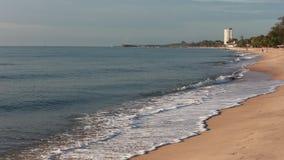 Golf en zand bij Chaam-strand Thailand stock video