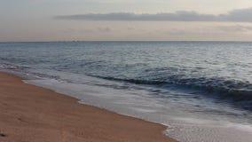 Golf en zand bij Chaam-strand Thailand stock videobeelden
