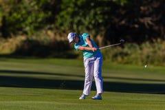 Golf flickaSwingbollen   Arkivfoton