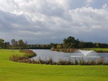 Golf-Golfplatzfahrrinnen und -GRÜNS Lizenzfreie Stockfotos