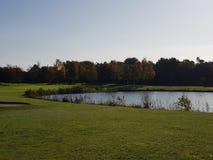 Golf-Golfplatzfahrrinnen und -GRÜNS Stockfoto